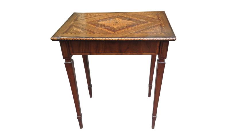 Tavolino da centro lastronato ed intarsiato